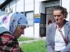 stara-majka-ispred-mrtvacnice-dnk-laboratorija-u-tuzli-prilikom-identifikacije-novih-zrtava-genocida-u-bosni